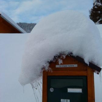 Boîte aux lettres chalet sous la neige